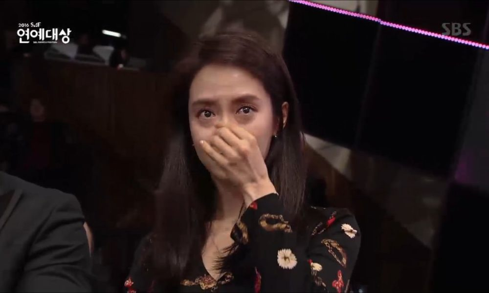 Song Ji Hyo Nangis Saat Lee Kwang Soo Sambut Penghargaan di 'SBS Entertainment Awards 2016'